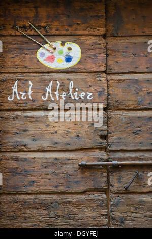 Alte Holztür mit der Aufschrift Art Atelier, Rovinj, Istrien, Kroatien, Europa - Stockfoto