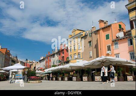 Zentralen Platz mit Cafés im Zentrum von Rovinj, Istrien, Kroatien, Europa - Stockfoto