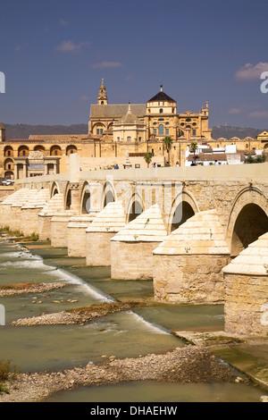 Römische Brücke über den Fluss Guadalquivir und die Moschee von Cordoba (Kathedrale); Córdoba, Spanien - Stockfoto