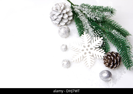 Weihnachten, Dekoration mit Tanne Zweig, Tannenzapfen, Weihnachten Christbaumkugel Silber und weiß - Stockfoto