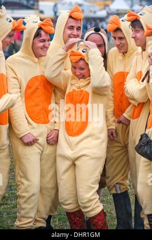 Das Reading Festival - eine Gruppe von Freunden gekleidet wie Hühner das nasse Wetter Aug 2013 trotzen - Stockfoto