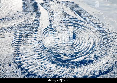 Schneehang mit Spuren des Schneemobils - Stockfoto
