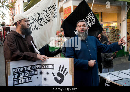 London, UK. 22.11.13.  Anjem Choudary hält eine Rede als Muslimen und Islamisten Protest in China Town. Die Demonstranten - Stockfoto