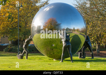 "Skulptur am Kings Hill Kent ein ""anderes Ballspiel"" von Kevin Atherton - Stockfoto"