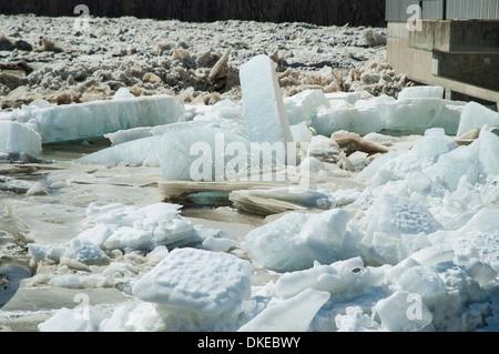 Große Eisblöcke im Frühjahr Trennung in einem Fluss schaffen eine Eisverdammung, die schließlich eine massive Flut - Stockfoto