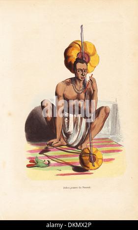 Indischer Musiker in Dhoti und spielen die Pennak Halskette. - Stockfoto