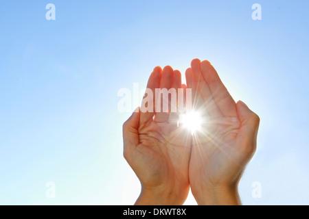 Händen fangen Licht, Sonne - Stockfoto