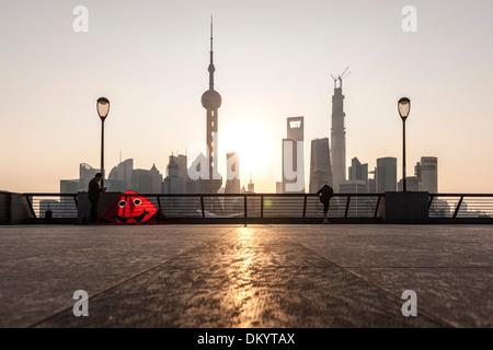 Kitesurfen Sie am Bund, Meer, Sonnenaufgang, Skyline von Pudong, Shanghai, China - Stockfoto