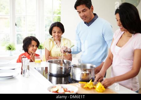 Indische Familie kochen Essen zu Hause - Stockfoto