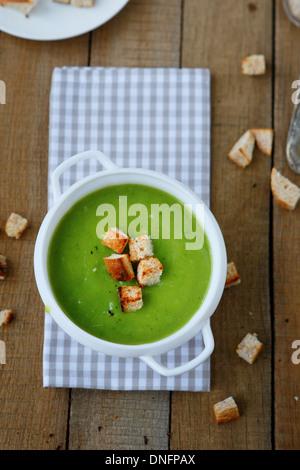 grüne Suppe Creme Suppe mit Croutons, Essen Nahaufnahme - Stockfoto