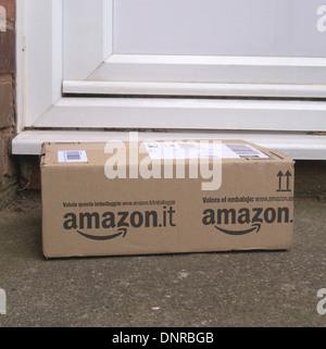 Amazon-Home Paketzustellung vor einer Tür, UK - Stockfoto
