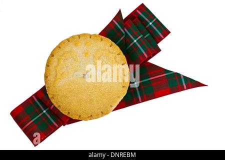 Gebackene Mince Pie und ein Tartan-Band isoliert auf weiss. - Stockfoto