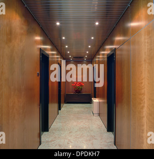 Braune Täfelung und Türen im Korridor - Stockfoto