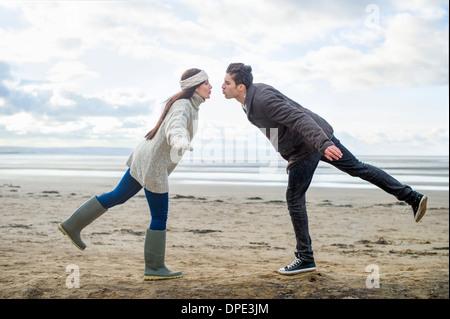 Junges Paar auf einem Bein, Brean Sands, Somerset, England - Stockfoto
