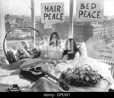 25. März 1969 - Amsterdam, Niederlande - Musiker JOHN LENNON von den Beatles und seine Frau YOKO ONO im Gespräch - Stockfoto