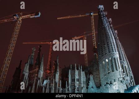 Blick auf die Sagrada Familia in der Nacht, Barcelona, Spanien - Stockfoto
