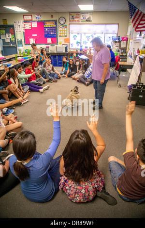 Ein überwiegend Hispanic Grundschule Klasse in San Bernardino, Kalifornien, wirft ihren Händen, um Fragen zu stellen, - Stockfoto