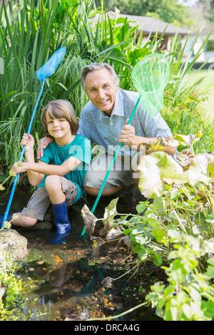 Großvater und Enkel, Angeln im Teich - Stockfoto