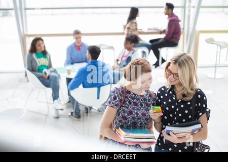 Studenten mit Handy im café - Stockfoto