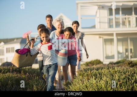 Familie Strand Weg vor Haus zu gehen - Stockfoto
