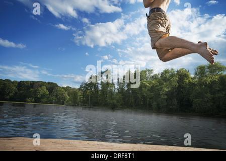 New York State USA junge läuft aus hölzernen Steg ins Wasser springen - Stockfoto