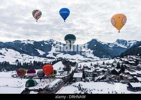 Gruppe von Ballons fliegen über Chateau d ' Oex, Schweiz - Stockfoto