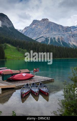 Ein paar Paddel Kajak von Steg nach außen auf Emerald Lake, Yoho Nationalpark, Britisch-Kolumbien, Kanada. - Stockfoto