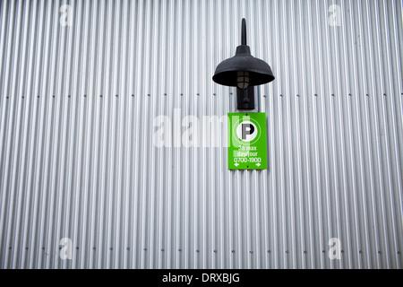 Foto des Gebäudes mit Wellpappe Stahlwand und grünes Schild auf Granville Island, Vancouver, Britisch-Kolumbien. - Stockfoto