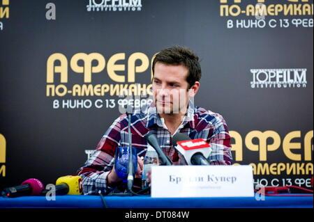 Moskau. Russland. 5. Februar 2014. Bradley Cooper posiert für ein Foto vor einer Pressekonferenz seinen neuesten - Stockfoto