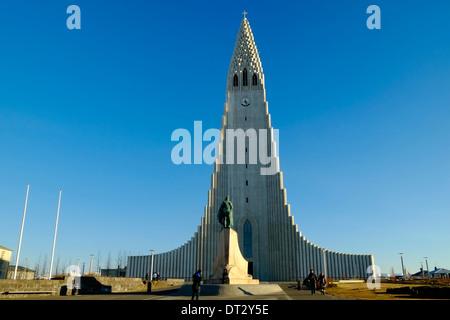 Statue von Leifur Eiriksson und Hallgrimskirkja Kirche Reykjavik Island - Stockfoto