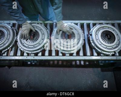 Draufsicht der Arbeiter am Fließband in industriellen Kupplung Fabrik - Stockfoto