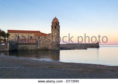 Glockenturm der Kirche Notre-Dame-des-Anges bei Sonnenuntergang, Collioure, Pyrénées-Orientales, Languedoc-Roussillon, - Stockfoto