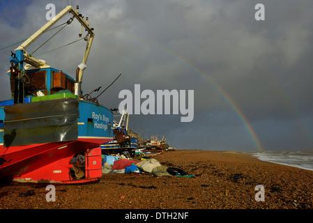 Regenbogen über Stade Angeln Strand. Hastings Altstadt. East Sussex. UK - Stockfoto