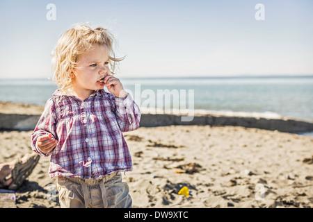 Babymädchen am Strand, Port Townsend, Washington, USA - Stockfoto