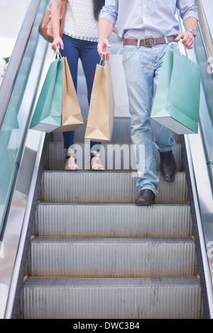 Junges Paar in der Mall einkaufen - Stockfoto