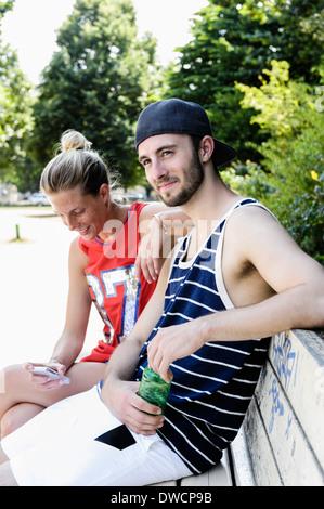 Zwei Basketball-Freunde eine Pause im park - Stockfoto