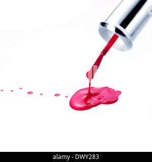 Roten Nagellack und Pinsel tropft. Isoliert auf weiss - Stockfoto