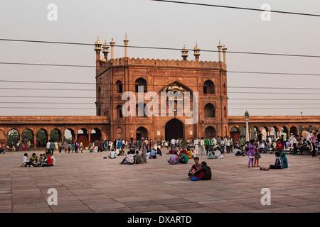 Anbeter vor Moschee Jama Masjid in Delhi, Indien - Stockfoto