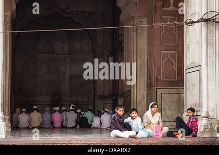 Anbeter innerhalb und außerhalb der Moschee Jama Masjid in Delhi, Indien - Stockfoto
