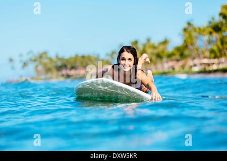 Attraktive junge Frau Surfen auf Hawaii, Paddeln zum Lineup - Stockfoto
