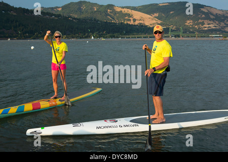 Model Release ja. MacRae Wylde und Eva DeWolfe paddle-Boarding am Columbia River, Oregon. Hood River. USA. Sommer. - Stockfoto