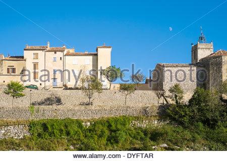 Mond am blauen Himmel an einem sonnigen Tag über kleine Hügel Stadt Mons, Departement Var, Provence-Alpes-Côte d - Stockfoto