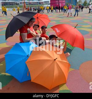 Die Unterhaltung während der London 2012 Spiele in den Olympiapark knallende unter Sonnenschirmen (auch Alamy DY39GE) - Stockfoto