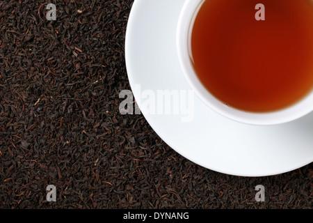 Schwarzer Tee im Wasserglas mit allerlei Textfreiraum - Stockfoto