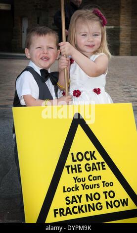 Blackpool, Lancashire, UK 24. April 2014.   Charlie & Kylie White, 3 Jahre alt.  Blackpool und der Fylde wurde das - Stockfoto