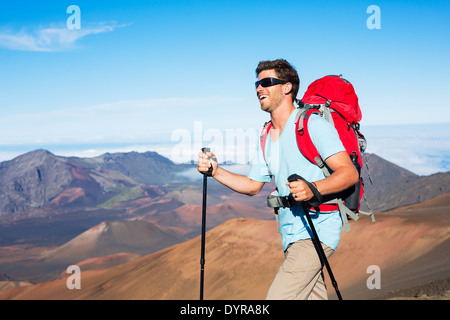 Wanderer mit Rucksack in den Bergen - Stockfoto