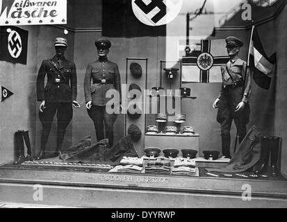 Schaufenster mit Uniformen in Berlin, 1933 - Stockfoto