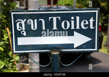 WC-Schild in Thai am Wat Phra Singh Tempel in Chiang Mai, Thailand - Stockfoto