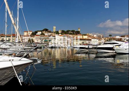 Europa, Frankreich, Alpes-Maritimes Cannes. Den Hafen und die Altstadt. - Stockfoto