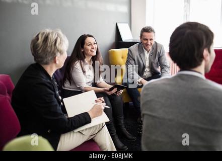 Kollegen im Büro lobby - Stockfoto